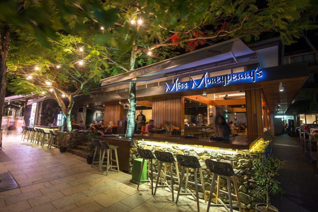 miss-moneypenny's-bar-noosa-at-night
