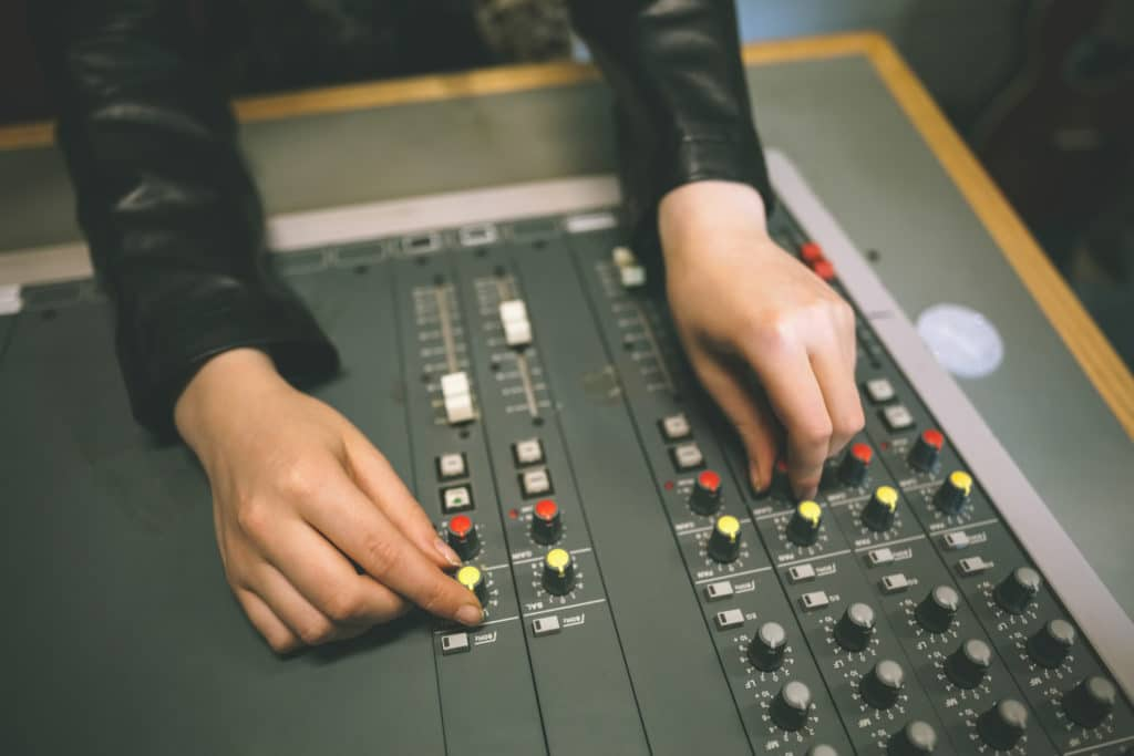 adjust-volume-of-restaruant-stereo